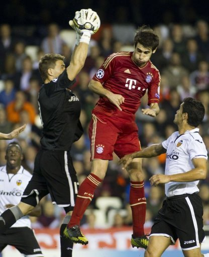 Valencia's goalkeeper Vicente Guaita (L) vies with Bayern Munich's Javier Martinez