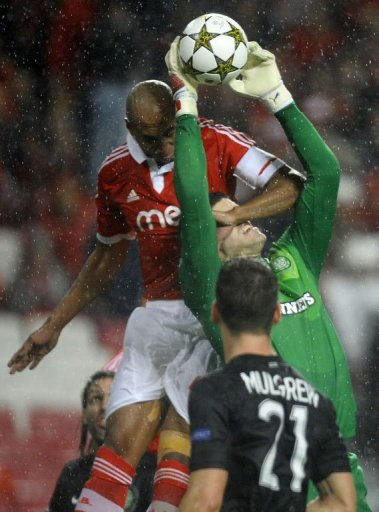Celtic's English goalkeeper Fraser Forster catches the ball past Benfica's Brazilian defender