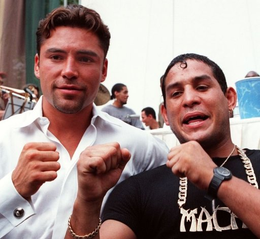 Oscar De La Hoya (L) and Hector Camacho pose for photographers in New York in 1997