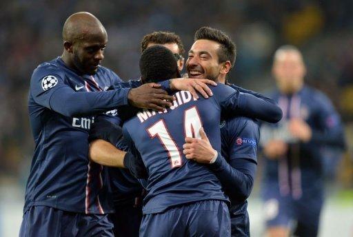 Ezequiel Lavezzi (R) of Paris Saint-Germain celebrates scoring