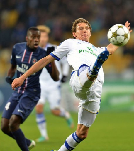 Denys Garmash (R) of Dynamo Kiev fights for the ball with Marco Verratti (L) of Paris Saint-Germain