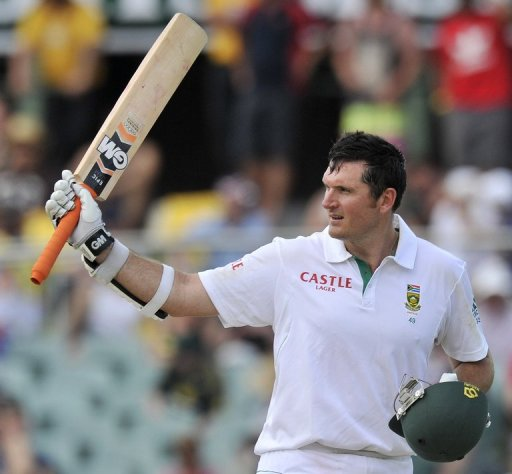 Graeme Smith survived two close shaves to reach a resolute century and give S.Africa a sturdy start on Friday
