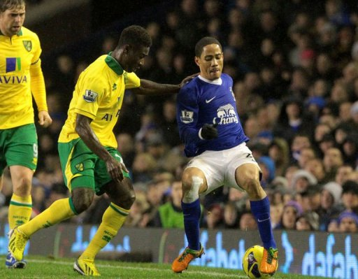 Everton's Steven Pienaar (R) tackles Norwich City's Alexander Tettey