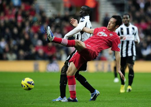 Newcastle United's Papiss Cisse (L) vies with Southampton's Maya Yoshida