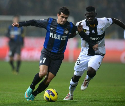 Inter's forward Philippe Coutinho (L) fights for the ball with Parma's defender Afriyie Acquah