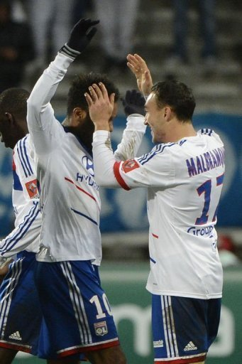 Lyon's Steed Malbranque (R) is congratulated by his teammate Alexandre Lacazette (L)