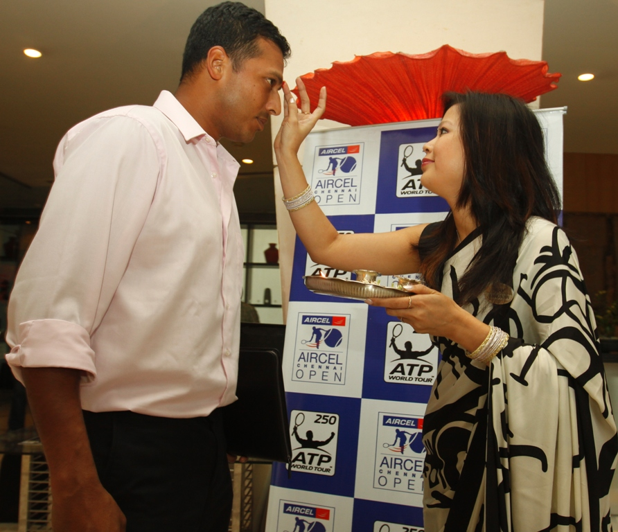 India's double specialist Mahesh Bhupathi being welcomed for the Chennai Open.