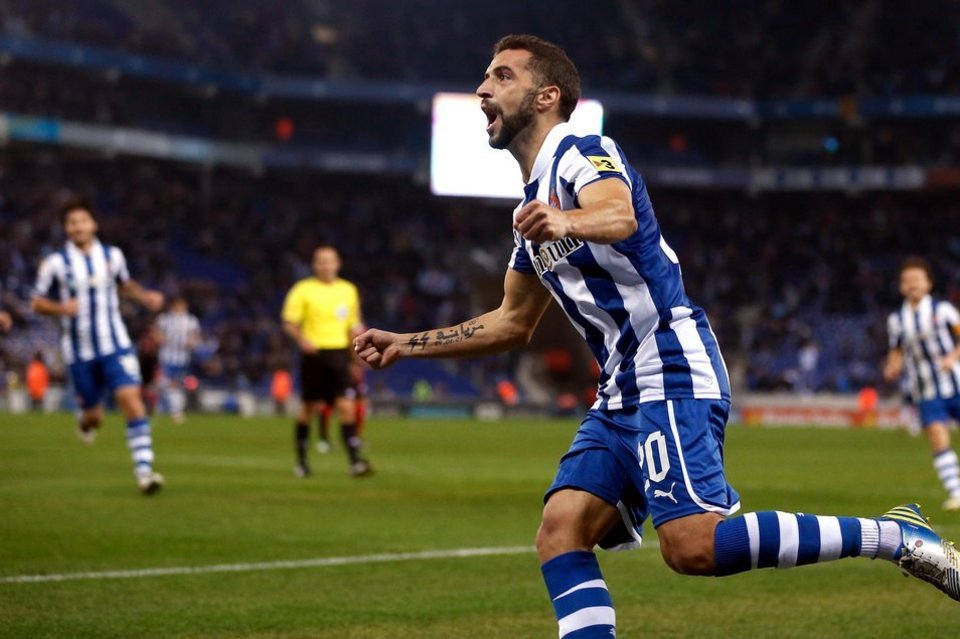 Simao scored the first in Espanyol's 2 - 0 win over Deportivo