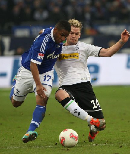 Schalke's striker Jefferson Farfan (L) and Moenchengladbach's midfielder Thorben Marx fight for the ball