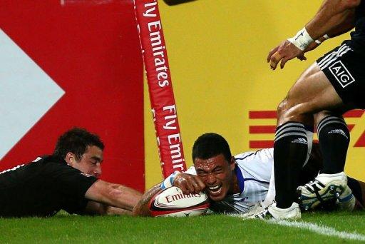 Samoa's Lio Lolo (R) scores a try despite New Zeland's Kurt Baker
