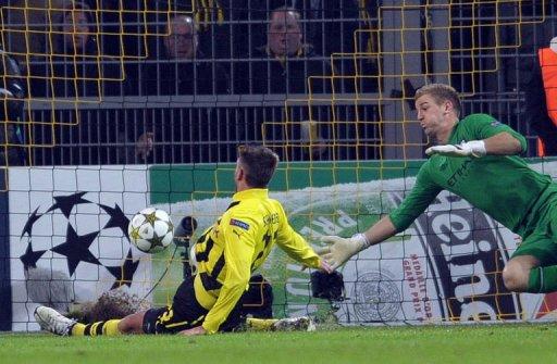 Dortmund's striker Julian Schieber (L) scores against Manchester City's goalkeeper Joe Hart