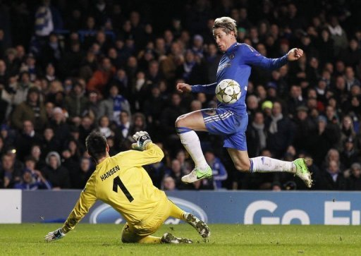 Chelsea's striker Fernando Torres (R) goes around FC Nordsjaelland's goalkeeper Jesper Hansen to score