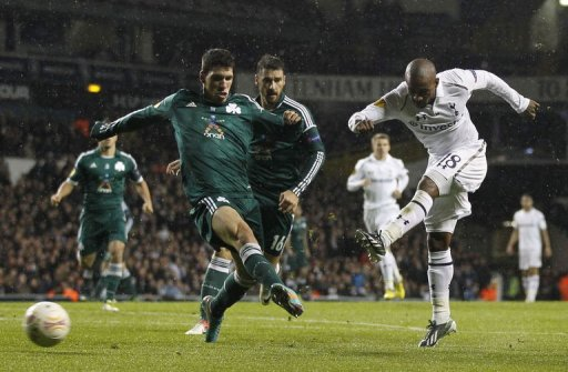 Tottenham Hotspur's English striker Jermain Defoe (R) and Panathinaikos's Greek defender Konstantinos Triantafyllopoulos
