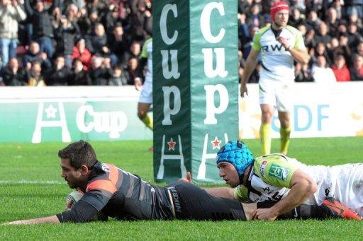 Toulouse's centre Florian Fritz (L) scores a try