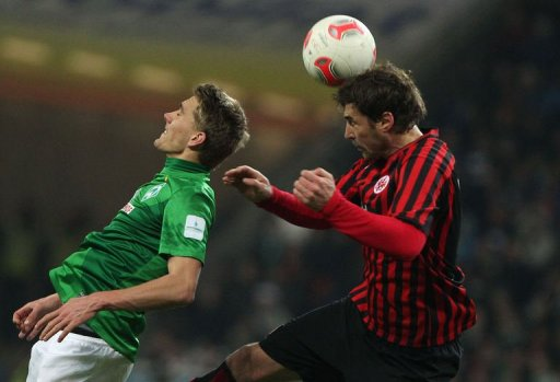 Frankfurt's Heiko Butscher (R) and Bremen's Nils Petersen jump for the ball