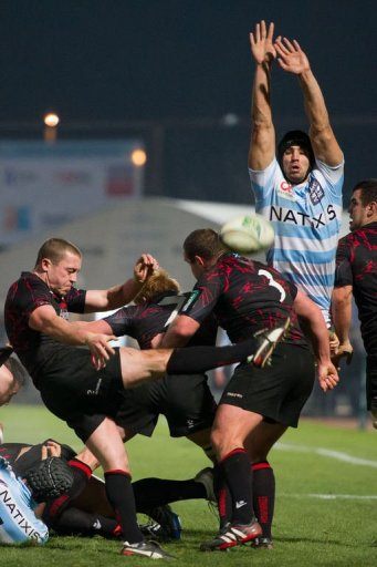Racing-Metro's flanker Antoine Battut (R) tries to block Edinburgh's scrum-half Richie Rees
