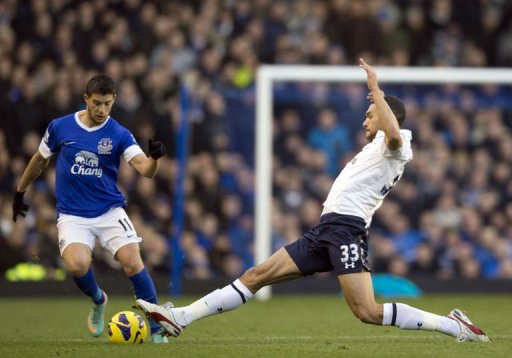 Tottenham Hotspur's Steven Caulker (R) strectches to get to the ball ahead of Everton's Kevin Mirallas
