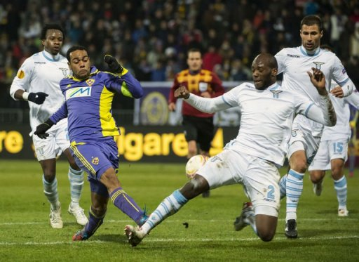 Marcos Tavares (2L) of Maribor vies for the ball with Michael Ciani (2R) of Lazio