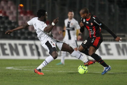 Nice's Malian midfielder Mahamane Traore (R) fights for the ball with Rennes' Nigerian defender Onyekachi Apam (L)