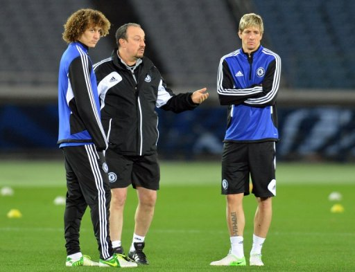 Rafael Benitez (centre) talks to Fernando Torres (right) and David Luiz (left) in Yokoham on December 12, 2012