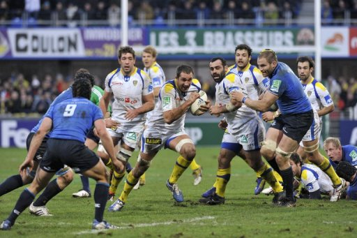 Clermont's Alexandre Lapandry (C) runs with the ball during their match against Leinster, on December 9, 2012