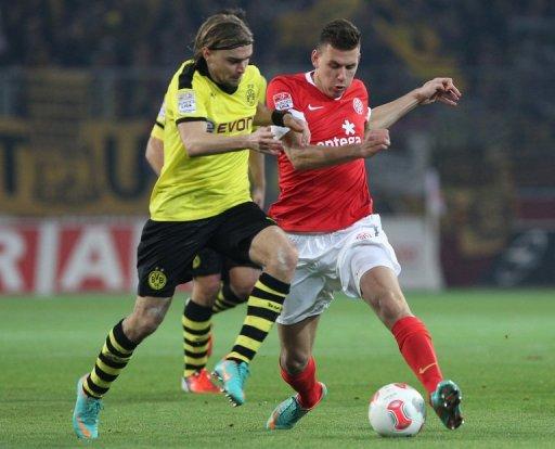 Mainz striker Adam Szalai (R) and Dortmund defender Marcel Schmelzer tussle in the Bundesliga on November 24, 2012