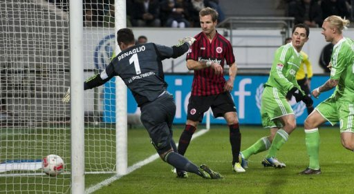 Wolfsburg's goalkeeper Diego Benaglio (L) fails to stop a kick by Frankfurt's Alexander Meier on December 15, 2012