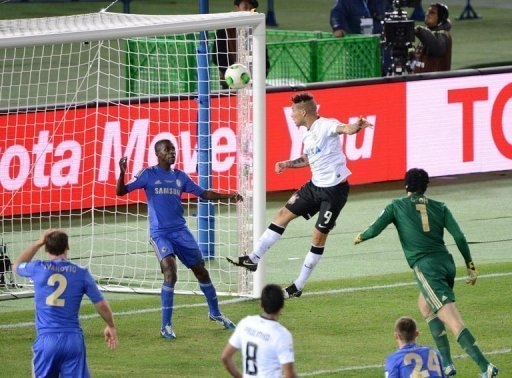 Corinthians forward Paolo Guerrero heads in against Chelsea in the Club World Cup final on December 16, 2012 in Japan