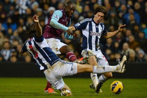 West Ham United's Carlton Cole (C), West Bromwich Albion's Jonas Olsson (L) and English defender Billy Jones (R)
