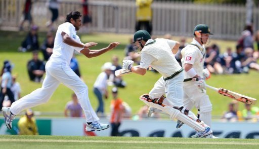 Chanaka Welegedara (L) reacts as Ed Cowan (C) and David Warner take more runs at the Hobart Test on December 17, 2012