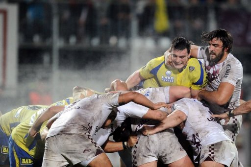 Bordeaux's Francois Tisseau (R) vies with Clermont's Loic Jaquet (2nd R) on December 21, 2012