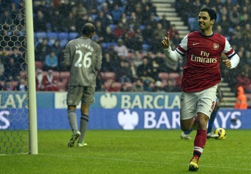 Arsenal's midfielder Mikel Arteta (R) celebrates scoring the opening goal in Wigan, England on December 22, 2012