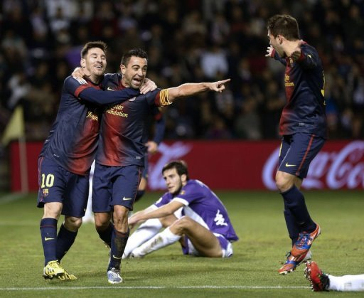 Barcelona's midfielder Xavi Hernandez (C) celebrates with forward Lionel Messi (L) and Jordi Alba on December 22, 2012