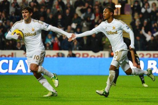 Swansea City midfielder Jonathan de Guzman (R) and Danny Graham at a Premier League match on December 8, 2012