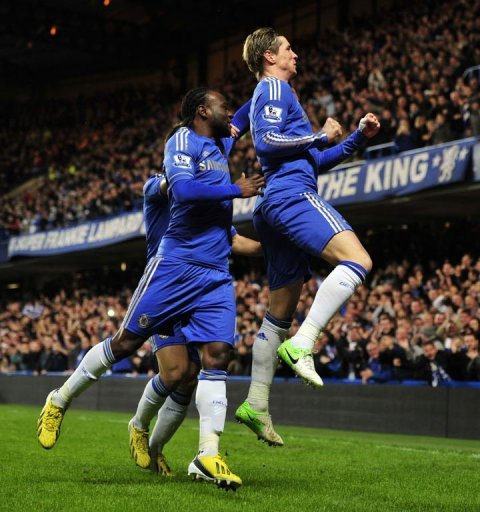 Chelsea's Fernando Torres (R) celebrates scoring with Victor Moses (L) against Aston Villa on December 23, 2012