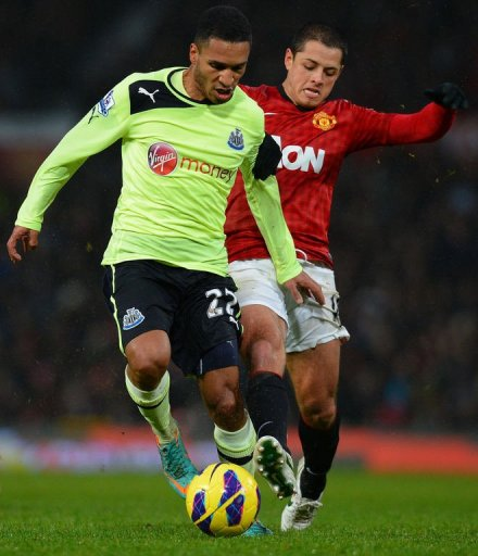Newcastle's Sylvain Marveaux (L) vies with Manchester's Javier Hernandez (R) at Old Trafford on December 26, 2012