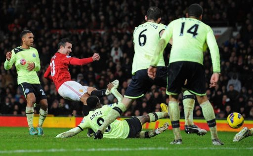 Manchester United's Robin van Persie (2nd L) scores at Old Trafford on December 26, 2012