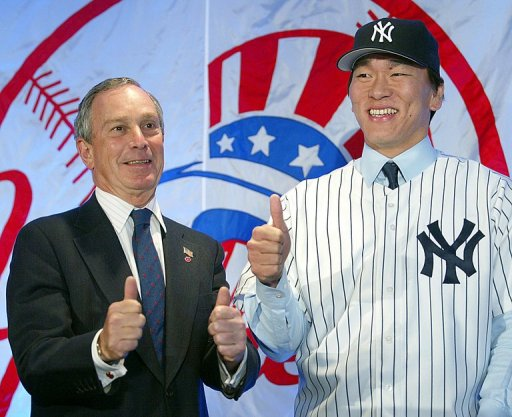 Hideki Matsui (R) and New York City Mayor Michael Bloomberg, pictured at a Times Square hotel, on January 14, 2003