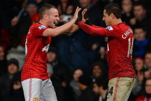 Man United's Javier Hernandez (R) celebrates with Tom Cleverley after scoring a goal vs Newcastle, on December 26, 2012