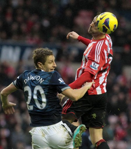 Sunderland's Scottish striker Steven Fletcher (R) vies with Tottenham Hotspur's English defender Michael Dawson (L)