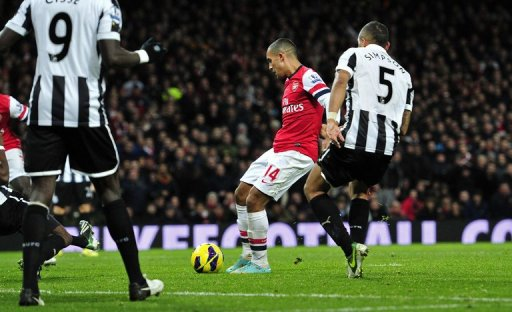 Arsenal striker Theo Walcott (2nd R) lines up a shot on goal against Newcastle United, December 29, 2012