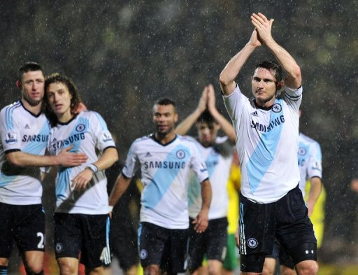 Chelsea's Frank Lampard (R) applauds the fans after his team won their match against Norwich, on December 26, 2012