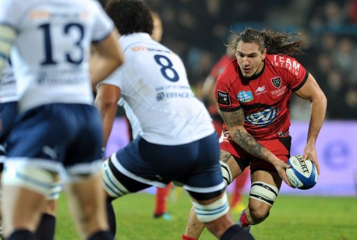 Toulon's Pierrick Gunther avoids a tackle from Agen players, on December 22, 2012