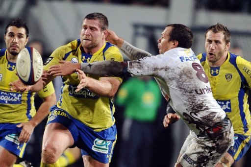 Clermont's Vincent Debaty (2nd L) fights for the ball with Bordeaux's Justin Purll, on December 21, 2012