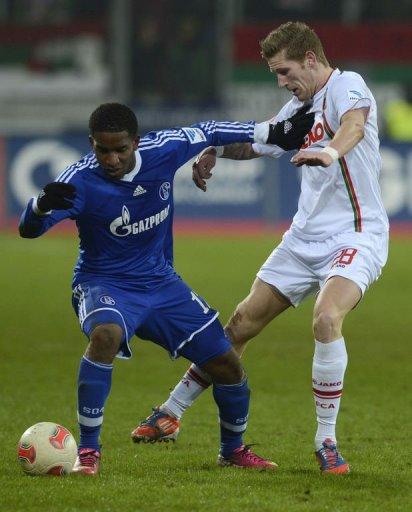 Schalke's striker Jefferson Farfan (L) and Augsburg's midfielder Andre Hahn fight for the ball on January 26, 2013