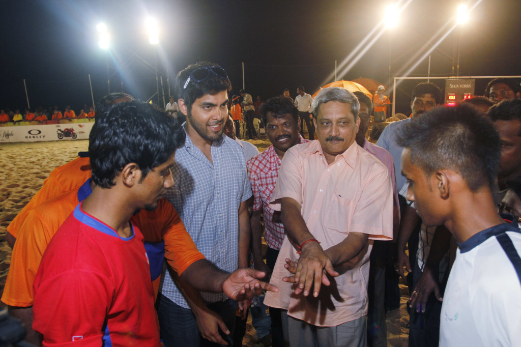 Goa Chief Minister Manohar Parrikar gets the two finalist teams Kasargod Kerala and Goa United captains guessing the coin toss, in the presence of Udit Sheth (in blue shirt), MD, TransStadia