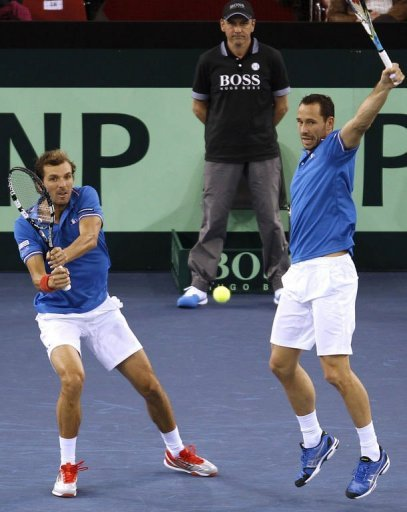 France's Julien Benneteau (L) and Michael Llodra play Davis Cup doubles on February 2, 2012 in Rouen