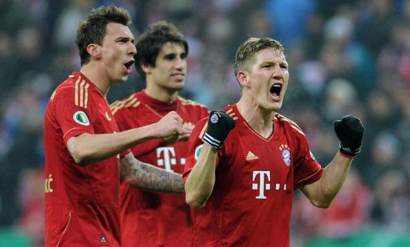 (L-R) Bayern Munich's Croatian striker Mario Mandzukic, Bayern Bayern Munich's Spain midfielder Javi Martinez and Bayern Munich's midfielder Bastian Schweinsteiger celebrate