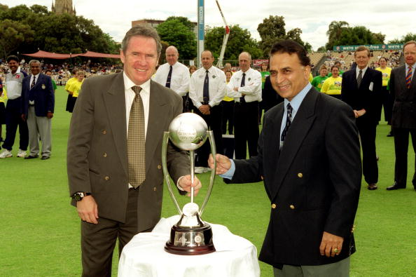 Allan Border and Sunil Gavaskar pose with trophy