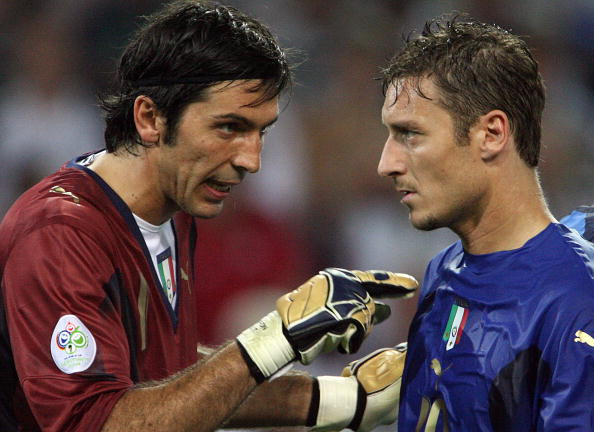 Italian goalkeeper Gianluigi Buffon (L)